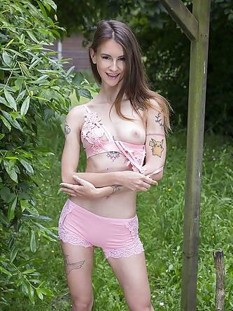Skinny amateur babe Adelle Unicorn shows her...